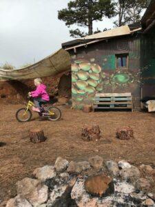 Matilda auf Fahrrad in freier Schule in Los Lomitos